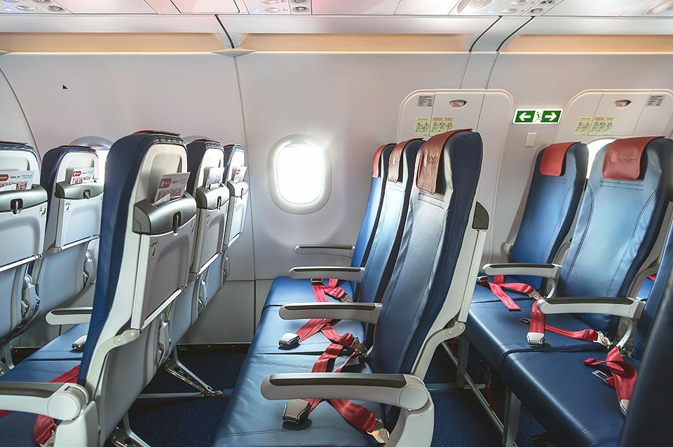Пассажирские кресла в самолете Airbus A320 лоукостера FlyArystan